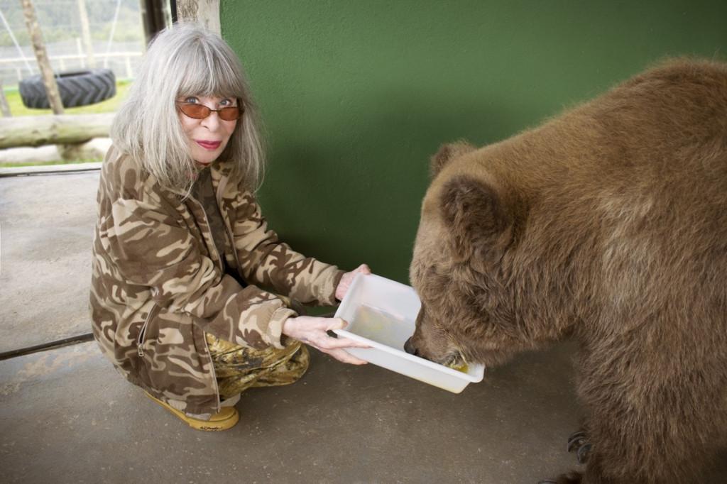 Rita Lee e a ursa Rowena, musa inspiradora de seu novo livro (Foto: Guilherme Samora)